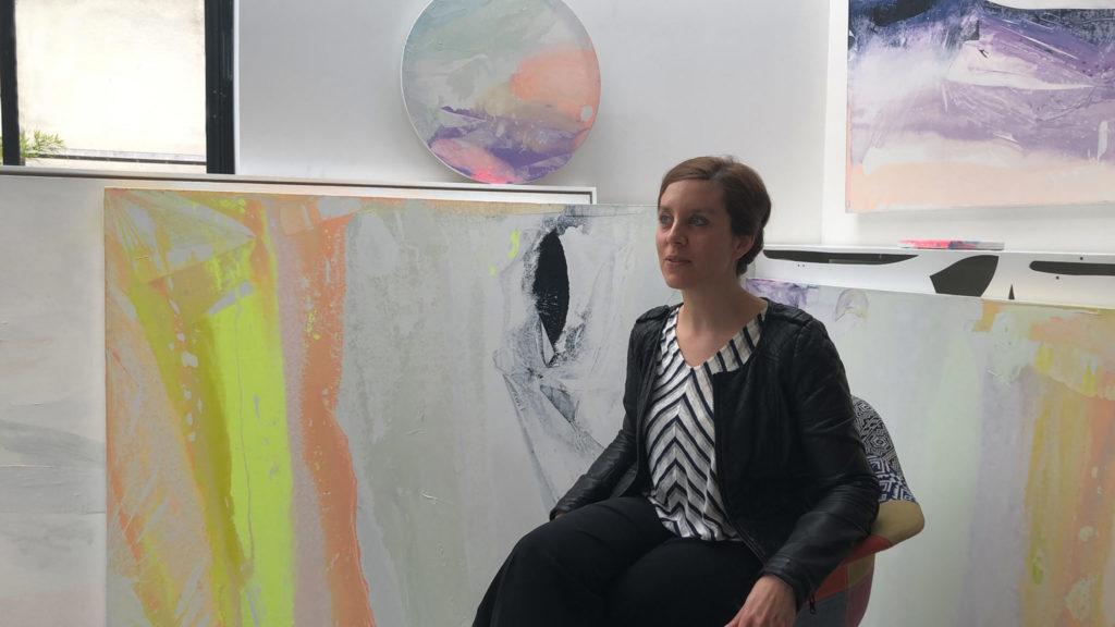 atelier de la peintre abstraite contemporaine prisca temporal artiste emergeante paris